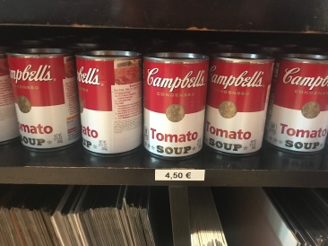 Can we talk about this please? These are seriously cans of Campbell's soup for sale in the museum gift shop for 4.50€ (= $5.30). BWAHAHAHAHA! Dude, I get it, Warhol and his soup paintings but for real?! Who is spending > $5 on a can of this soup? LOL!
